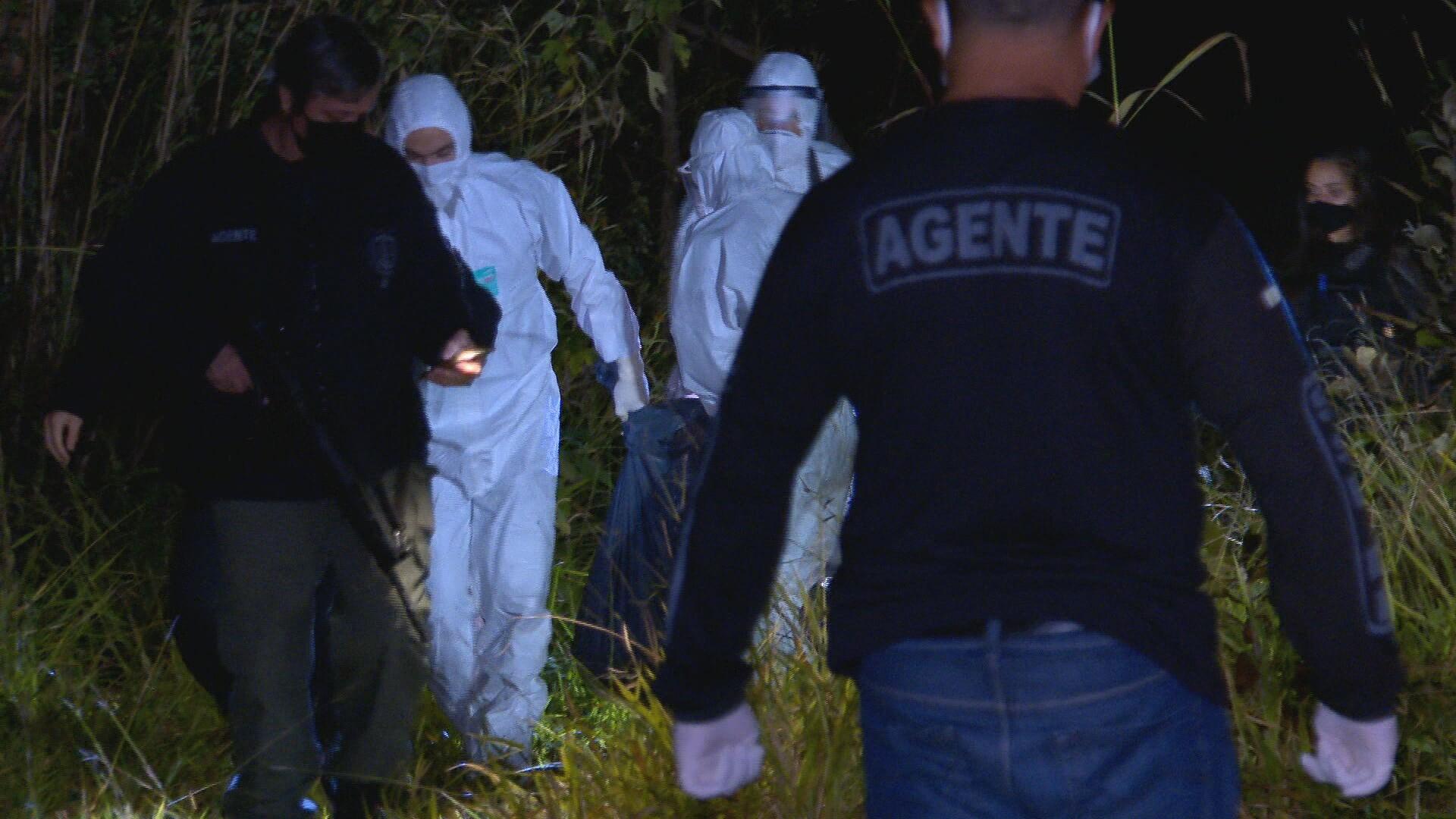 Corpo de homem é enterrado dentro de mala em área de mata no DF