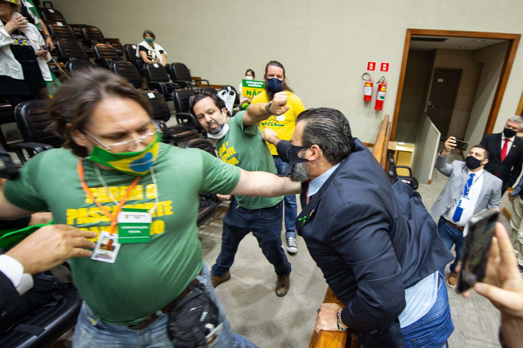 Sessão na Câmara de Porto Alegre sobre passaporte vacinal é suspensa após confusão; manifestante levou cartaz com suástica