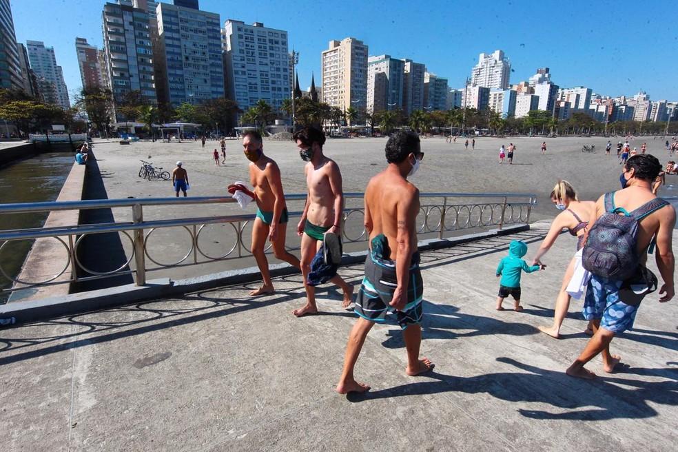 Banhistas lotaram praias em Santos (SP) neste domingo — Foto: Matheus Tagé/ A Tribuna Jornal
