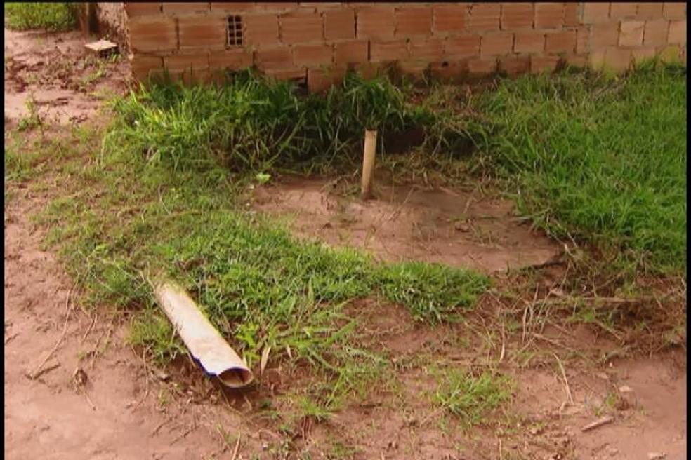 -  Após três anos, obras de rede de esgoto no Bairro Morada Nova, em Uberlândia, ainda não foram finalizadas  Foto: Reprodução/Tv Integração