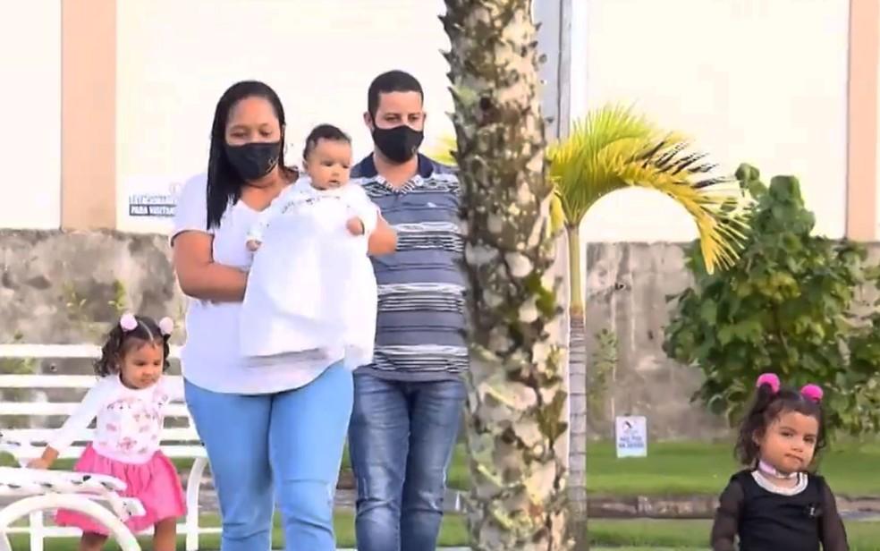 Ana Cristina e Júlio com as filhas gêmeas e Pedro, o caçula, em Feira de Santana — Foto: Reprodução/TV Subaé