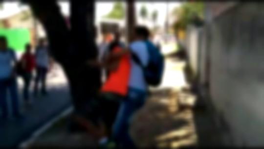Briga em frente a escola estadual no Recife deixa adolescentes feridos; veja vídeo