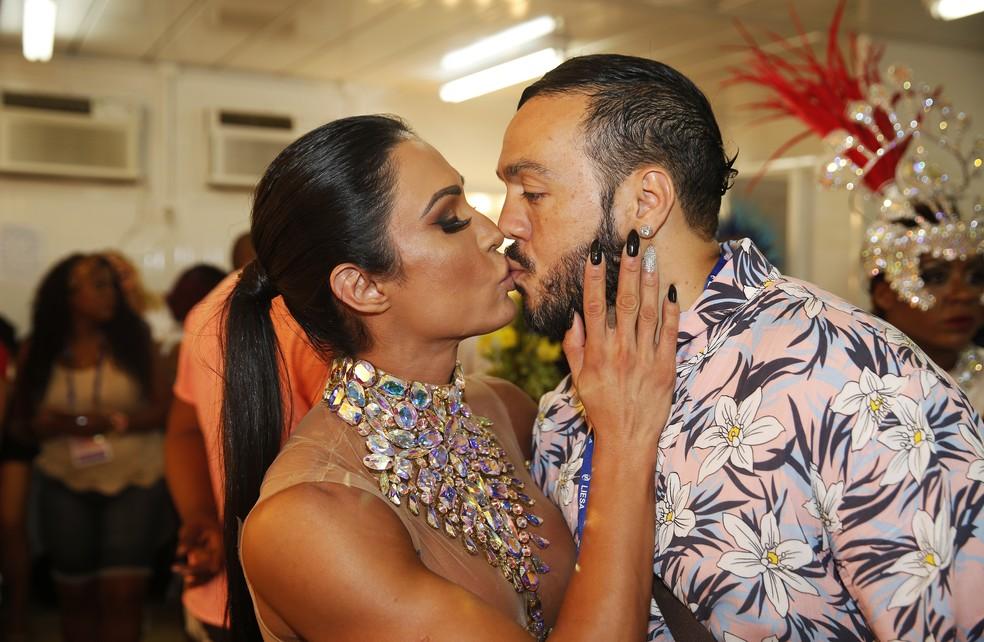 Gracyanne Barbosa beija o marido, Belo (Foto: Marcos Serra Lima/G1)