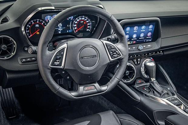 Chevrolet Camaro - Nova central multimídia MyLink de terceira geração e câmera de ré com imagem no retrovisor central (Foto: Divulgação)