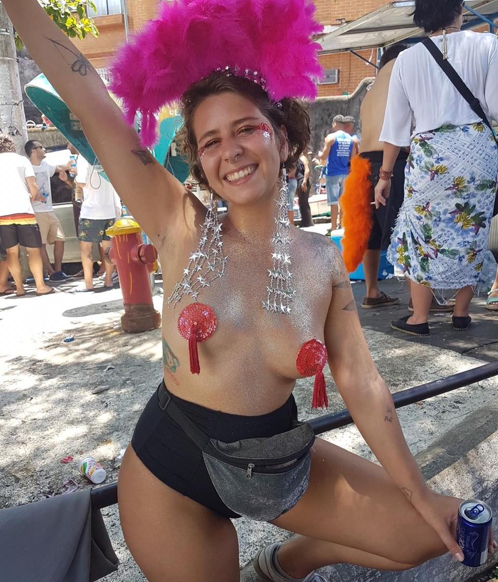 """A redatora publicitária Juliana Sacramento vê relação entre os seios livres e liberdade: """"Quando você se sente livre, se sente mais empoderada do seu corpo e das suas escolhas"""", diz — Foto: Arquivo pessoal"""