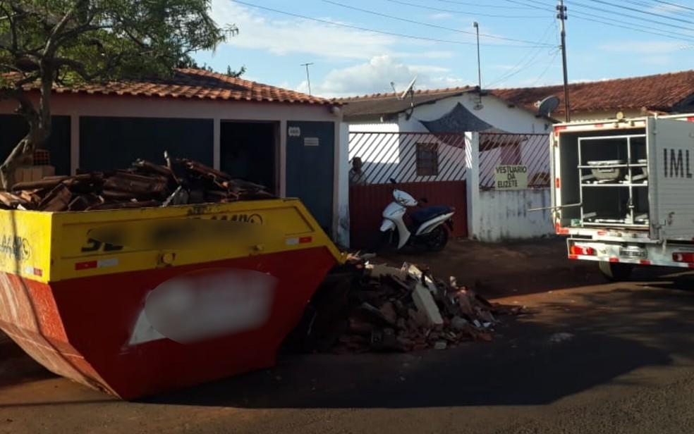 Idoso morre após ser atingido por pilar em obra, em Itumbiara, Goiás — Foto: Reprodução/TV Anhanguera