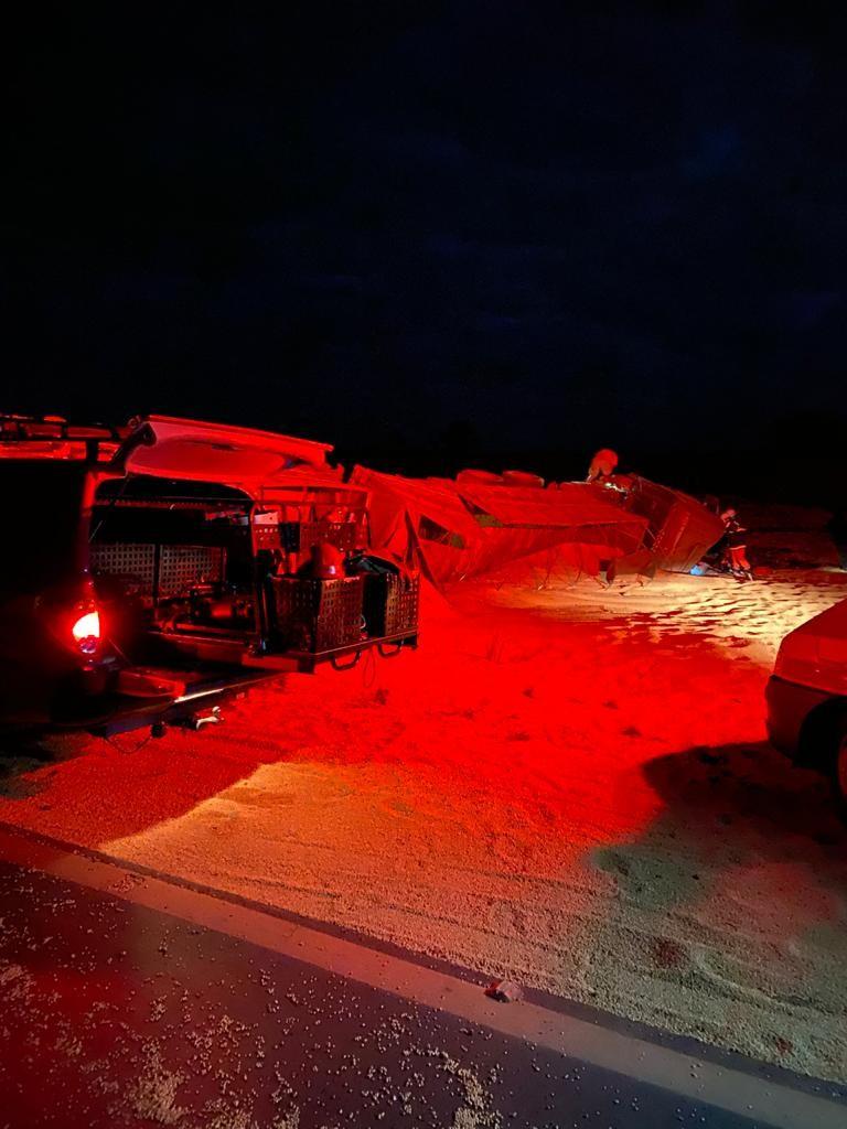 Motorista invade contramão e bate de frente com carreta na BR-251; ele ficou preso às ferragens e morreu no local
