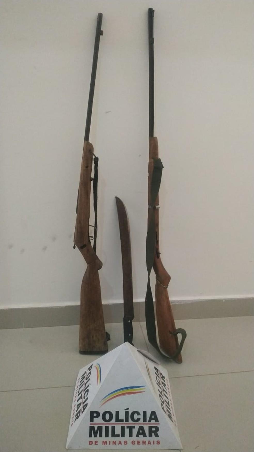 Armas e faca apreendidas pela PM — Foto: Polícia Militar/Divulgação