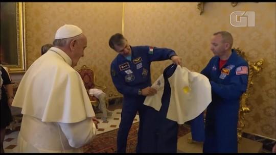 Astronautas dão uniforme espacial personalizado ao Papa Francisco