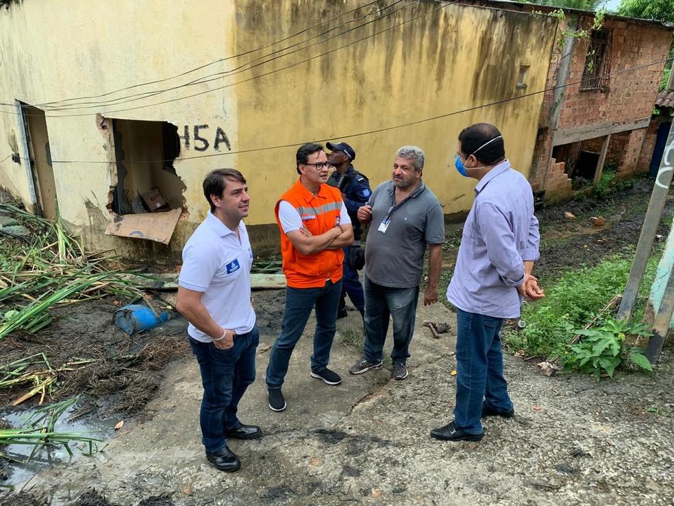 Agentes da Codesal em vistoria aos imóveis do bairro de Valéria, onde ocorreu o deslizamento — Foto: Divulgação/Secom Salvador