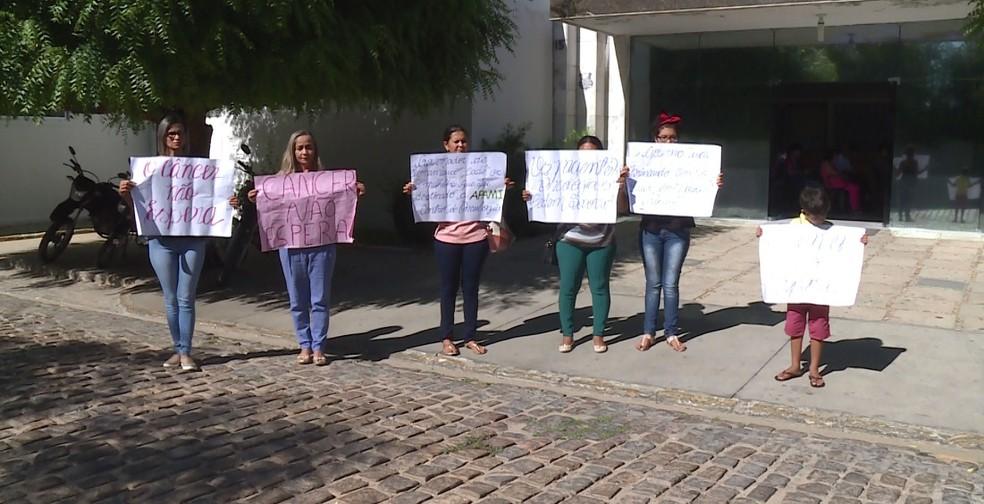 Mães de pacientes com câncer  fazem protesto silencioso em Petrolina — Foto: Reprodução/ TV Grande Rio