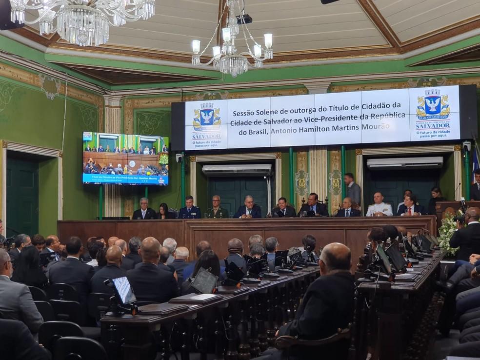 Hamilton Mourão recebeu homenagem na Câmara de Vereadores de Salvador — Foto: Camila Marinho/TV Bahia