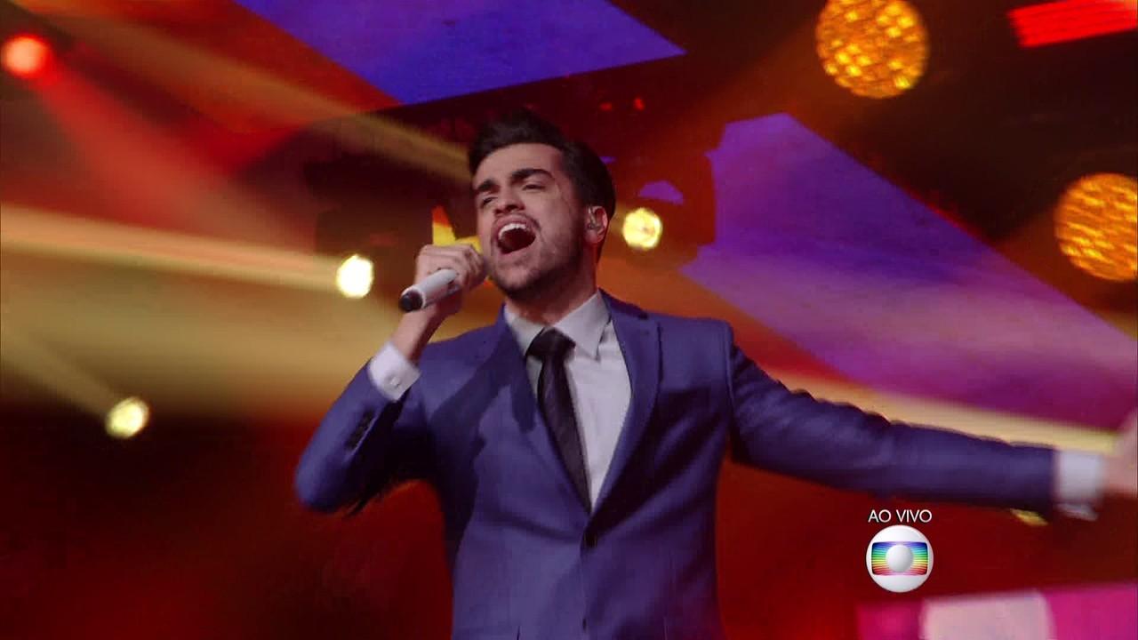 Matteus canta 'Te Esperando' nos Shows ao Vivo