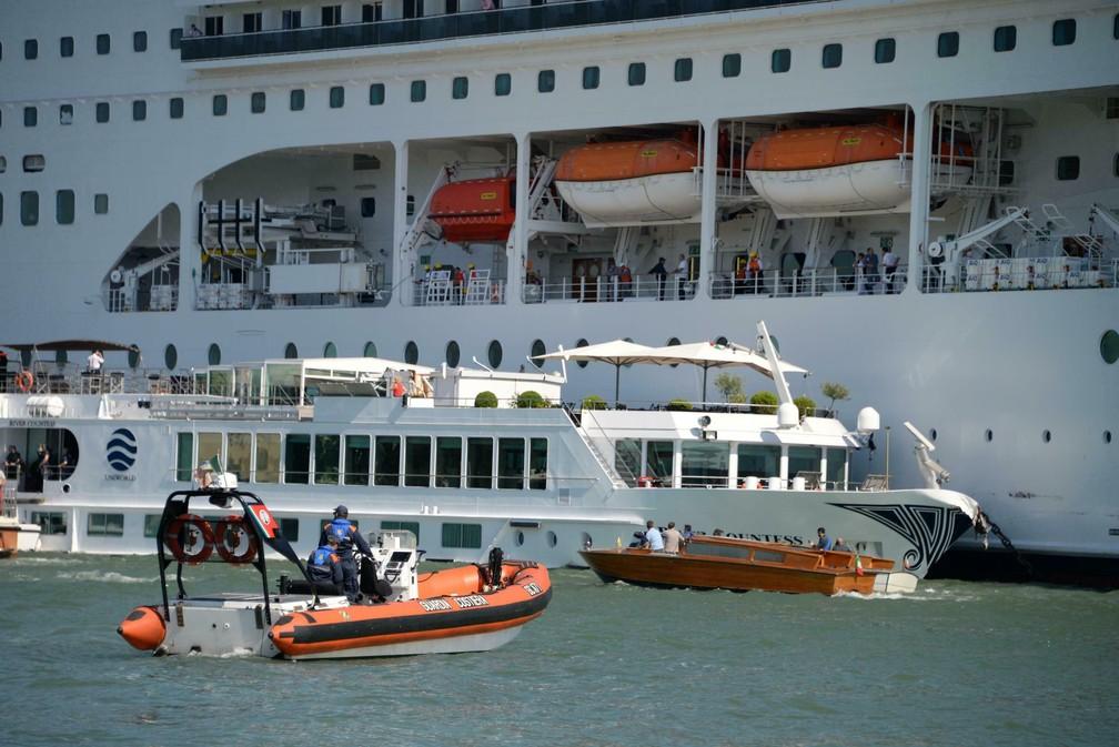 Cruzeiro colide com barco de turistas em Veneza, na Itália — Foto: Andrea Merola/ANSA via AP