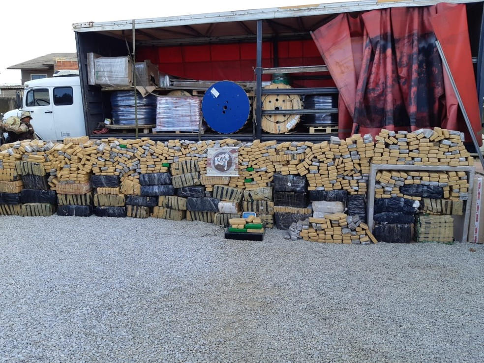 Em um galpão foram encontrados 440 kg de maconha e um veículo da marca Audi com mais 60 kg da mesma droga.  — Foto: Foto: Divulgação SSP