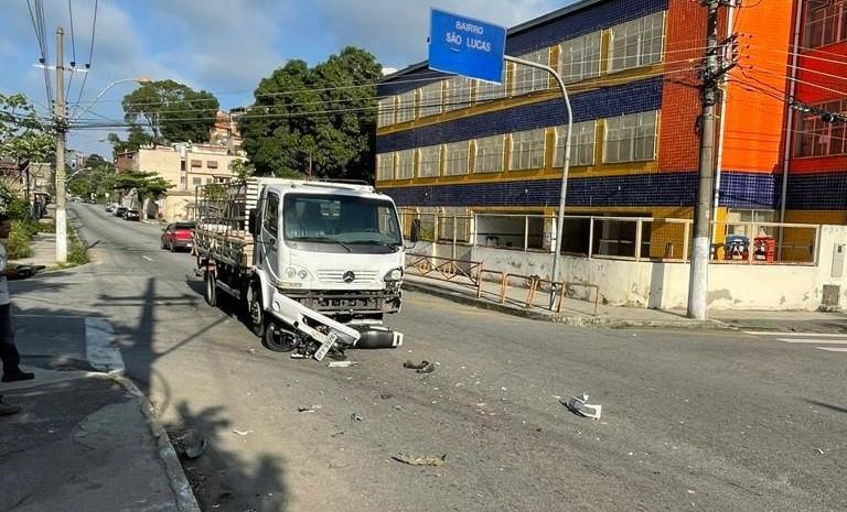 Motociclista morre em acidente com caminhão em Volta Redonda