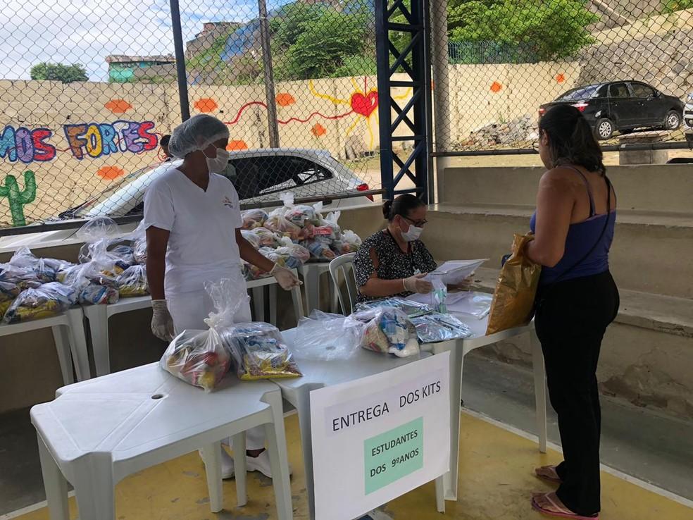 Com aulas suspensas a partir desta quarta (18), escola do Recife entrega kits de alimentação para responsável por aluno — Foto: Beatriz Castro/TV Globo