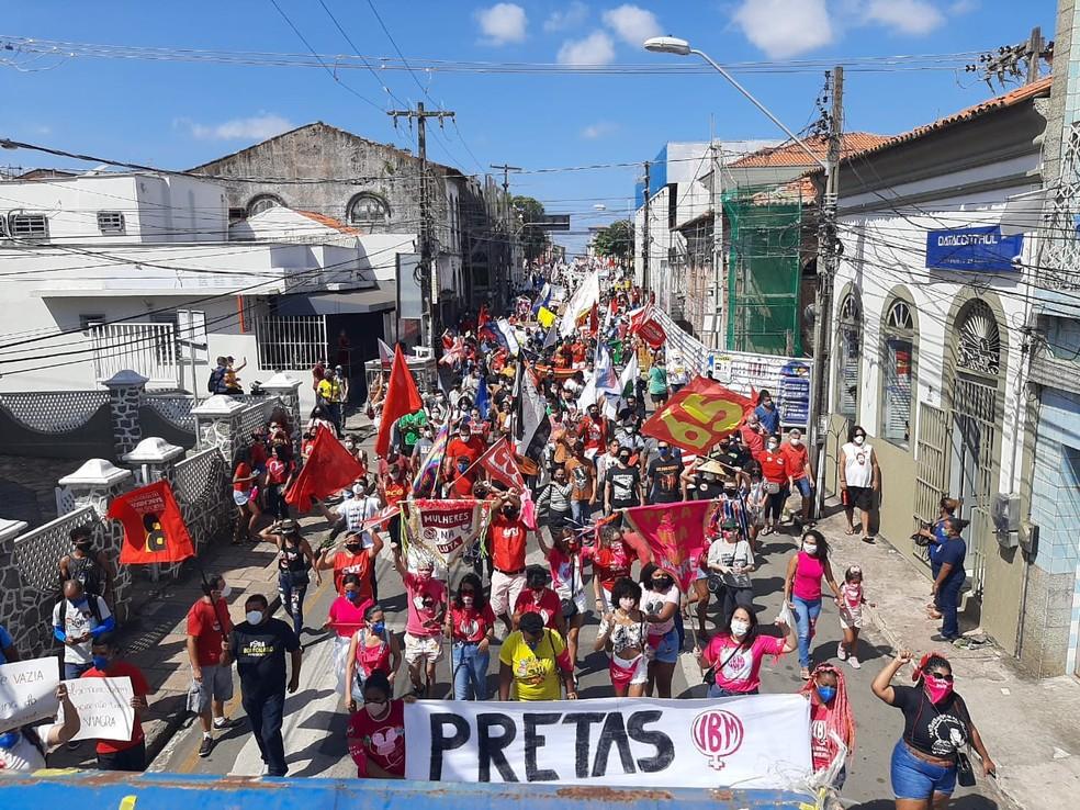 Manifestantes realizam ato contra presidente Jair Bolsonaro pela Rua Rio Branco em São Luís — Foto: Cainã Oliveira/Grupo Mirante