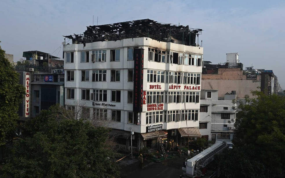 O Hotel Arpit Palace após um incêndio em suas instalações em Nova Déli — Foto: Prakash Singh / AFP Photo