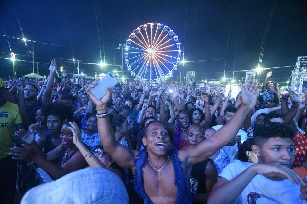 Pública vibra ao som de Iza na Boca do Rio, no primeiro dia de festa. — Foto: Walmir Cirne/Ag Haack