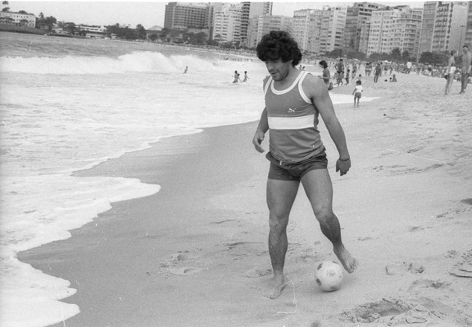 Diego Maradona com a bola na beira da Praia de Copacabana, em 1985