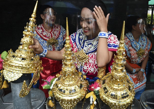Traditional Thai dancers use face shields while preparing to perform for worshippers, after the government eased some coronavirus restrictions, at Erawan shrine, in Bangkok, Thailand, 04 May 2020. (Photo by Anusak Laowilas/NurPhoto via Getty Images) (Foto: NurPhoto via Getty Images)