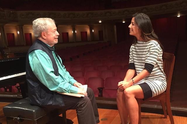 O pianista Nelson Freire com a repórter Marina Araújo (Foto: Divulgação)