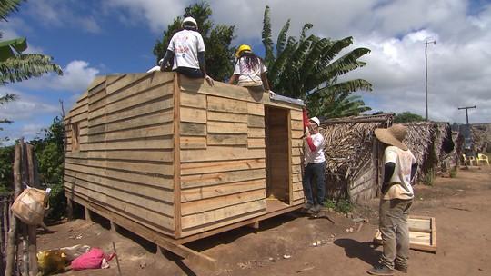 Voluntários constroem casas de emergência para quem mora em situação de risco