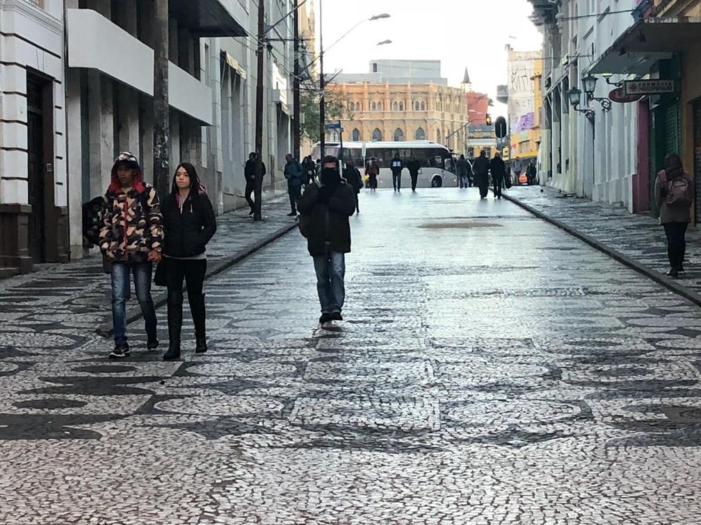 Nesta quarta-feira (11), a temperatura não deve passar dos 14ºC em Curitiba (Foto: Amanda Menezes/RPC)