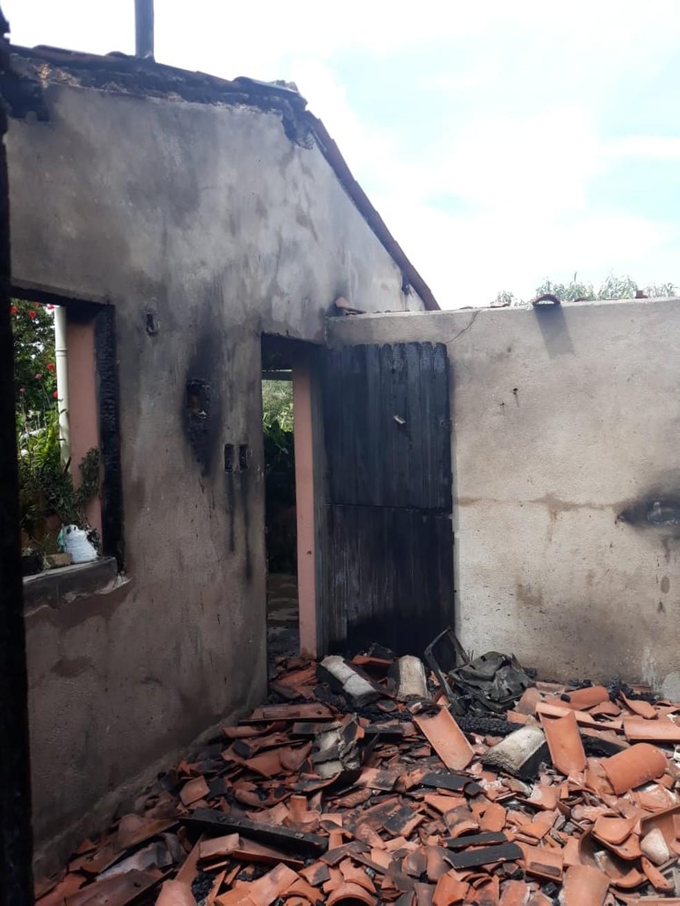 Após discussão, mulher tem a casa incendiada pelo filho no RN no Dia das Mães — Foto: Thiago Aragão