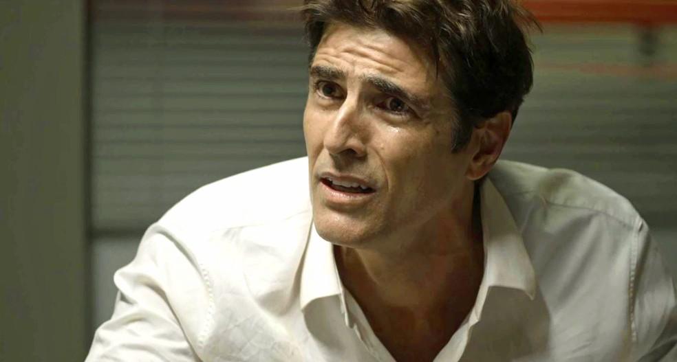 Régis (Reynaldo Gianecchini) diz a Antero (Ary Fontoura) que Josiane (Agatha Moreira) pode ser a assassina que procuram, na novela 'A Dona do Pedaço'  Foto: Globo