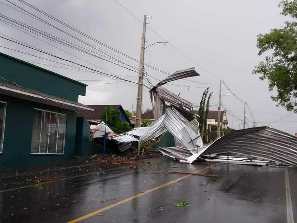 Via bloqueada por telhas em Teutônia — Foto: Bombeiros de Teutônia/divulgação