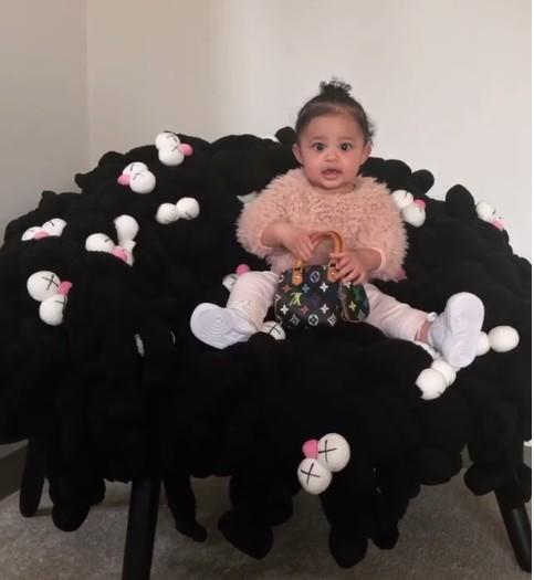 A filha de Kylie Jenner, Stormi, na cadeira produzida pelos brasileiros Irmãos Campana (Foto: Instagram)