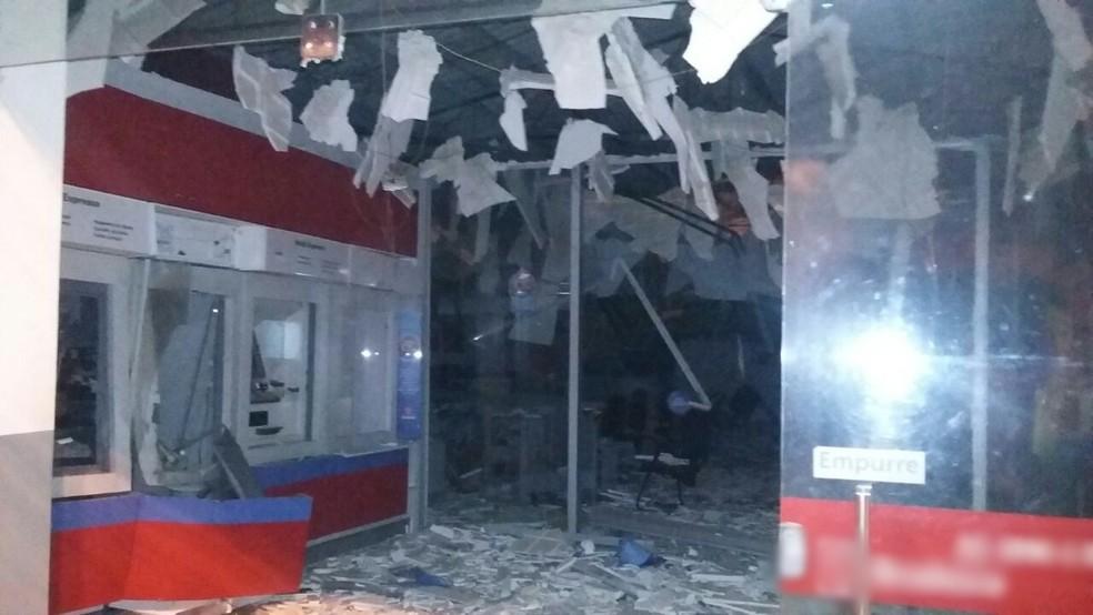 Explosão atingiu o cofre e um caixa eletrônico, e ainda danificou parte do teto da agência (Foto: Reprodução/Whatsapp TV Globo)