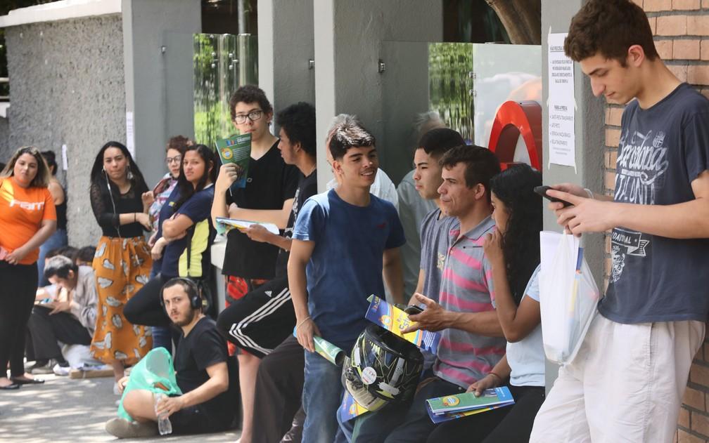 Candidatos do Enem 2019 aguardam em frente à universidade Mackenzie, um dos locais de prova em São Paulo, antes do primeiro dia do exame — Foto: Celso Tavares/G1