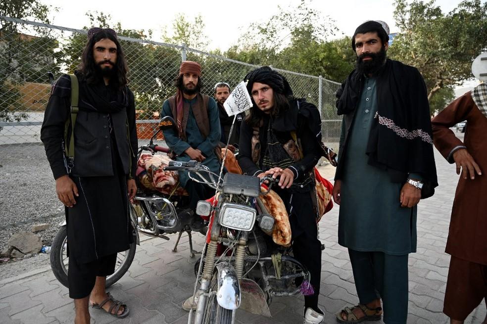 Talibãs em estrada em Cabul, em 18 de agosto de 2021 — Foto: Wakil Kohsar / AFP