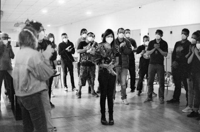 Joana Jabace é aplaudida pela equipe de 'Segunda chamada' (Foto: Pedro Sotero)