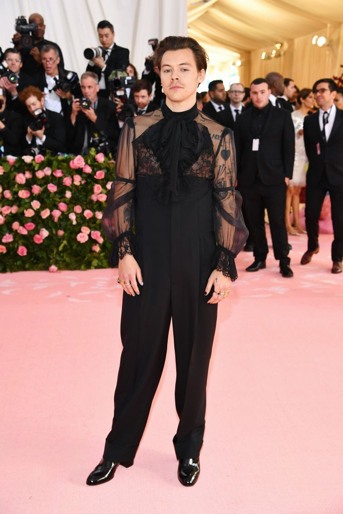 Harry Styles participa do Met Gala 2019, em traje de Alessandro Michele, da Gucci (Foto: Dimitrios Kambouris/Getty Images for The Met Museum/Vogue)