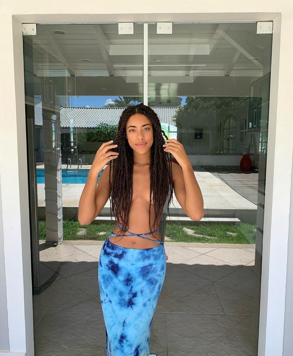 Yara Charry curte piscina em casa — Foto: Reprodução