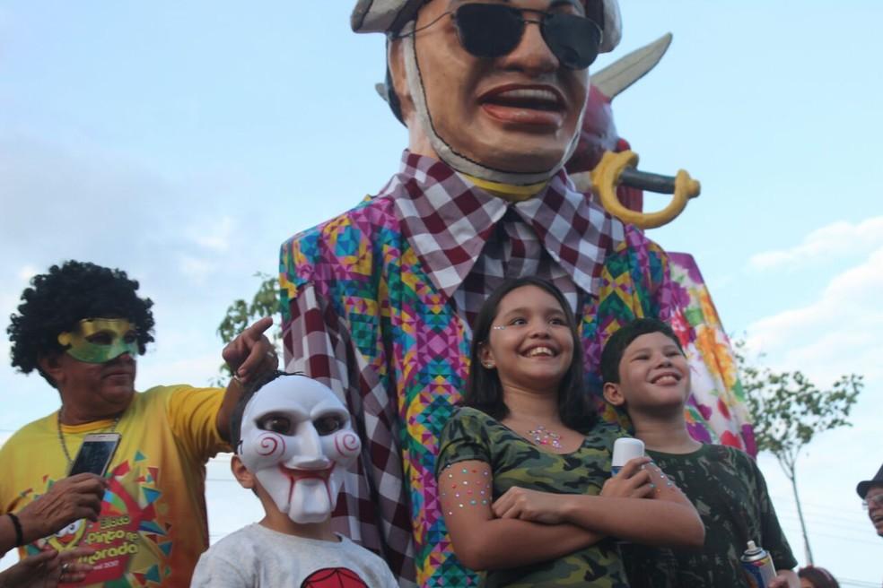 Famílias levam pequenos foliões para curtir bloco Pinto na Morada  (Foto: Andrê Nascimento/G1)