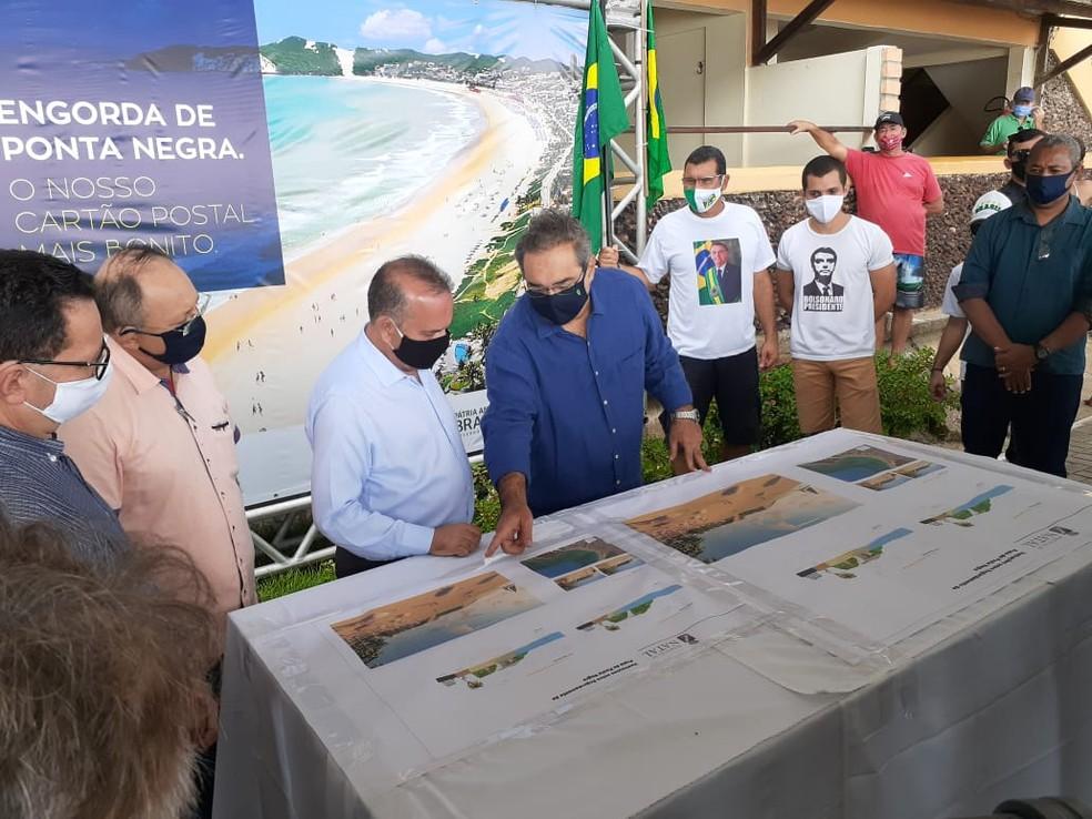 Rogério Marinho visita Ponta Negra — Foto: Kleber Teixeira/Inter TV Cabugi