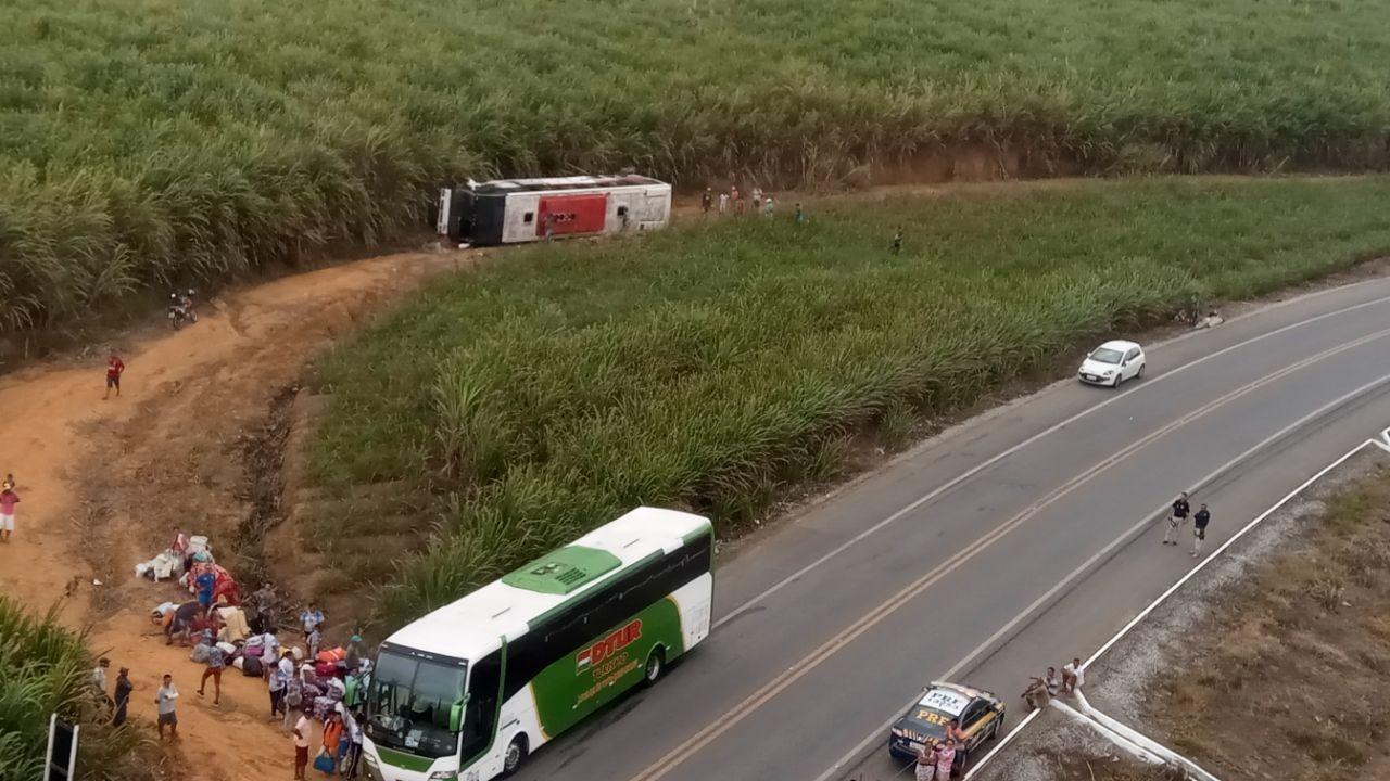 Você viu? Ônibus com romeiros capota, criança é achada morta em apartamento e outras notícias do G1 Alagoas
