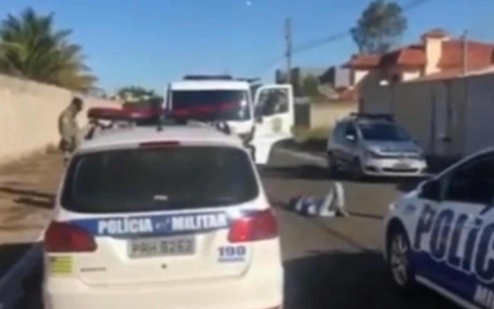 Suspeito de roubo é preso após cair da motocicleta durante fuga, em Caldas Novas