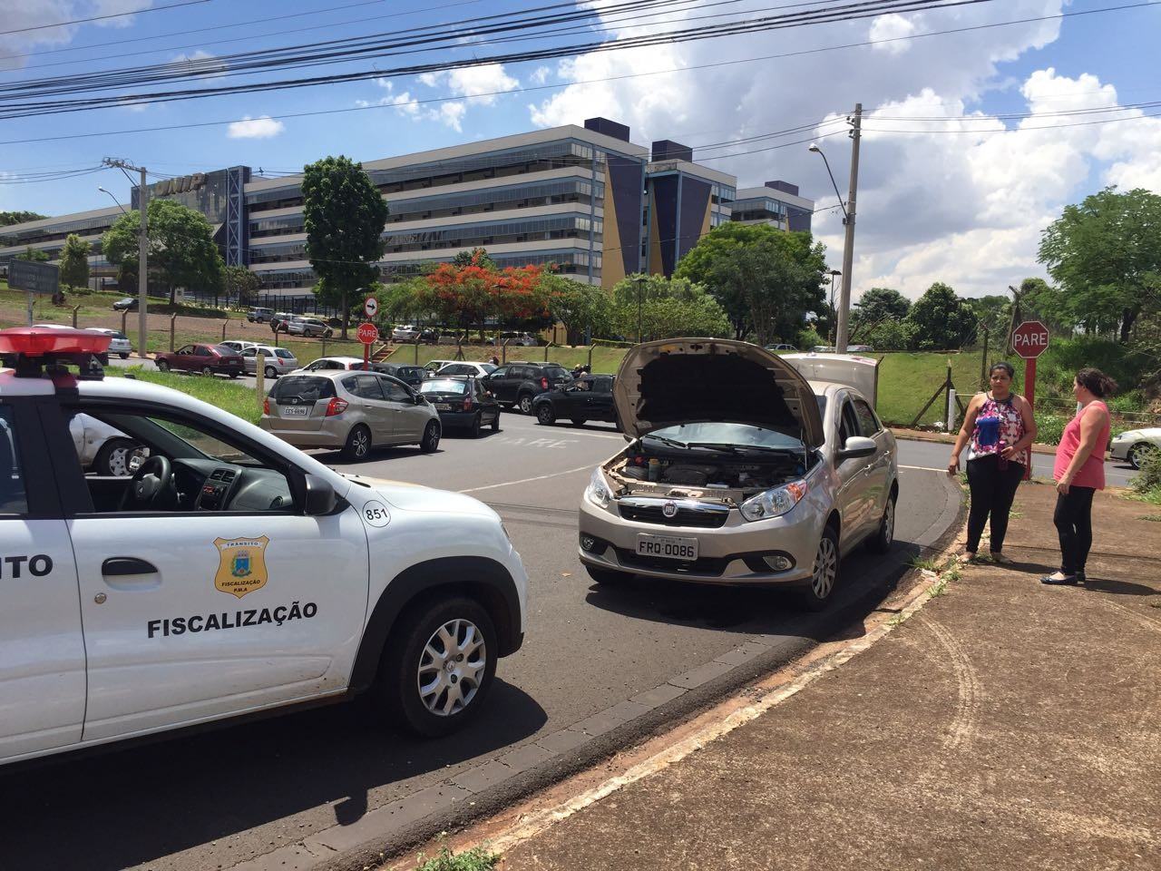 Mãe corre 300 m com o filho após carro quebrar perto de local de prova da Unesp