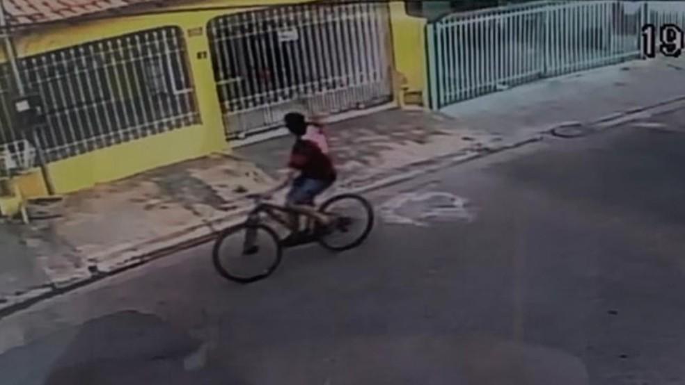 O suspeito perseguiu a vítima de bicicleta antes de matá-la — Foto: Divulgação