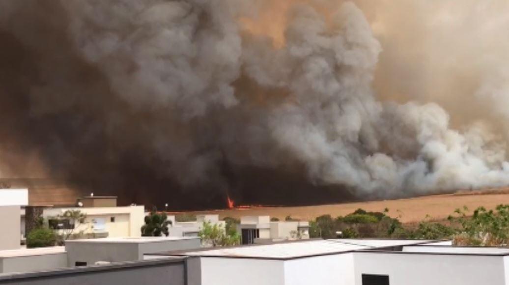 Incêndio atinge área verde ao lado de condomínios na zona sul de Ribeirão Preto, SP