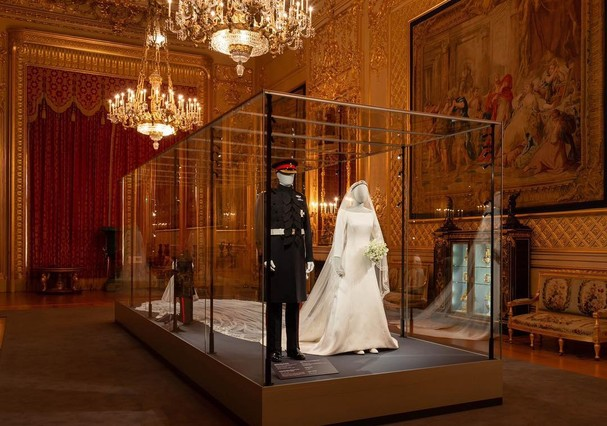 Exposição no Castelo de Windsor traz looks oficiais de Meghan e Harry (Foto: Divulgação)
