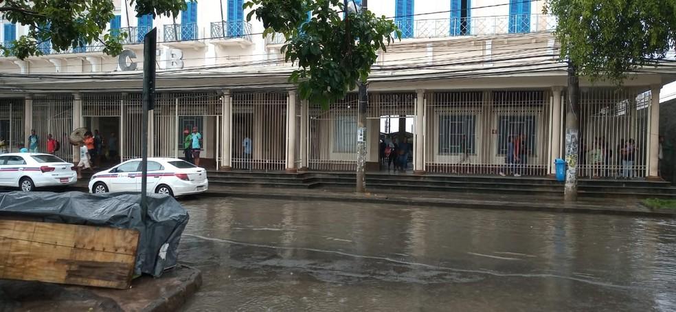Alagamento no Largo da Calçada na manhã desta quinta-feira (26) — Foto: Cid Vaz/TV Bahia