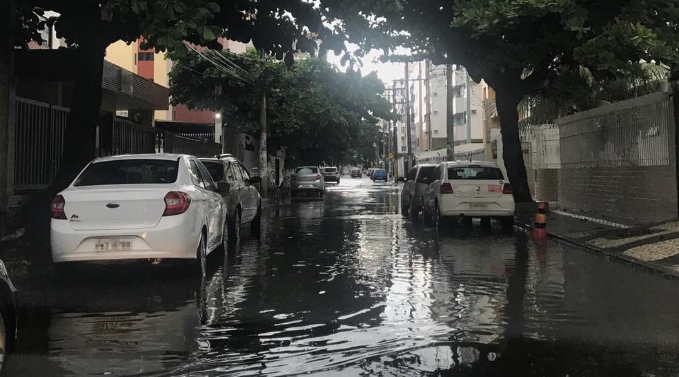 pesar de não ter registrado nenhuma ocorrência, o bairro do Costa Azul foi um dos locais da cidade que ficaram alagados. A Rua Coronel Durval Matos, por exemplo, foi tomada pela chuva.  — Foto: Valma Silva