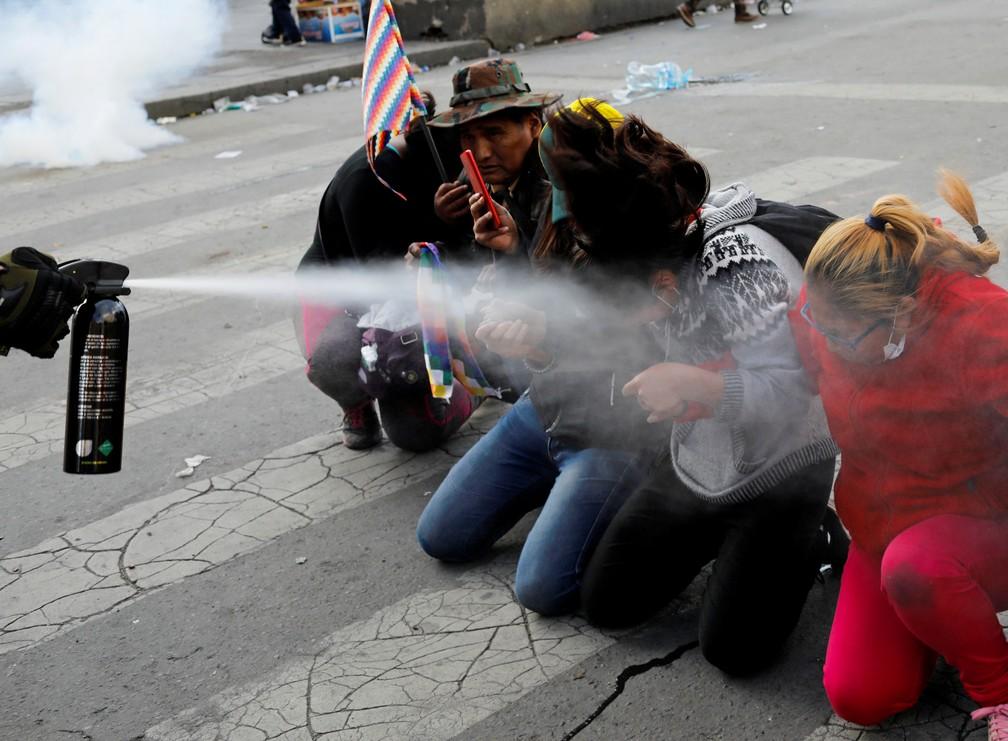 Agentes jogam gás de pimenta em manifestantes na Bolívia — Foto: Reuters/Marco Bello